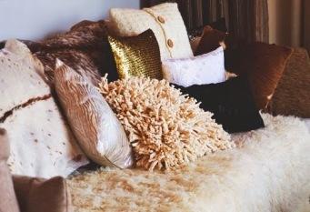 decorando-ambientes-com-almofadas-de-paet-c3-aas-4